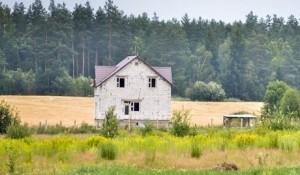 Не смотря на то, что по Минску очень активно идет строительство жилья, и очередь должна была бы продвигаться внушительными темпами, перспектива построить квартиру на «льготных» условиях тает с каждым годом.